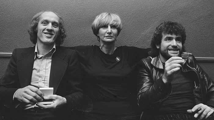 Herman van Veen, Adèle Bloemendaal en George Baker tijdens uitreiking gouden harp in 1976