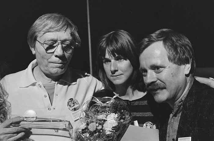 Willem Wilmink ontvangt met Joke van Leeuwen en Max Velthuys een gouden griffel tijdens de Kinderboekenweek in 1986